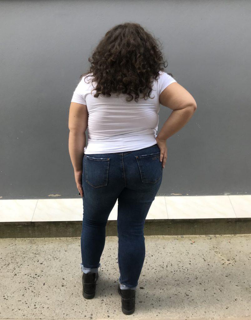 f0e398ace Descrição da imagem #pracegover: Alanna está de costas mostrando a  modelagem que é bem justa e tem dois bolsos atrás.